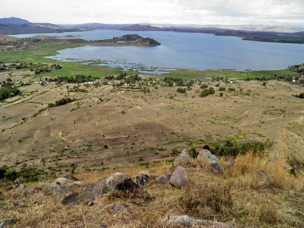 lac Ampefy en son centre ilot boisé ilot de la vierge
