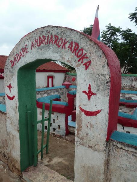 "Doany d'Andriandrokaroka à Ambohijanahary Antehiroka,  Lieu de culte sur la pierre levée "" tsangambato "", voué à Andriandrokaroka Ramiadana Antoandro, chef Antehiroka inhumé à Kingory à l' Ouest d'Antananarivo, et Ramiadanantoandro sa femme. Le "" tromba "" possession par l'esprit d'un puissant défunt du roi sakalava Andriamisara XVIII ème siècle visite certains pratiquants dans la case contigue."