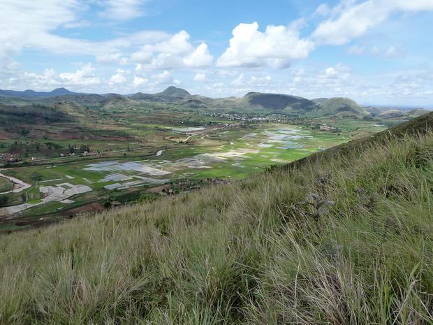 Randonnée dans l' Itasy, montée du mont Andranotelo, plaine d' Analavory