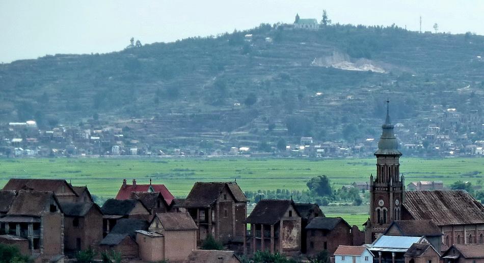 Circuits Ambohitrimanjaka : Village Ambohinaorina arrière plan  Ambohitrimanjaka