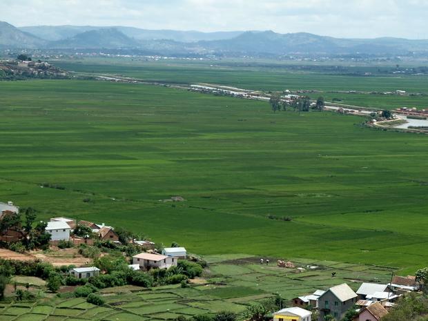 à l' Est la colline de Ambohimanga