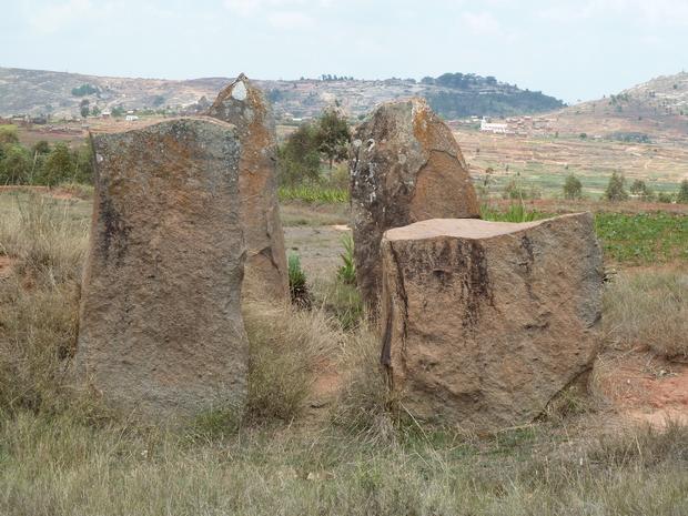 A l' horizon la colline boisée de la non moins célèbre colline sacrée ANTSAHADINTA
