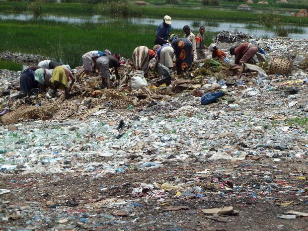 Un véritable village est bâti sur la décharge au bord de l' Ikopa entre Talatamaty et Ambohitrimanjaka