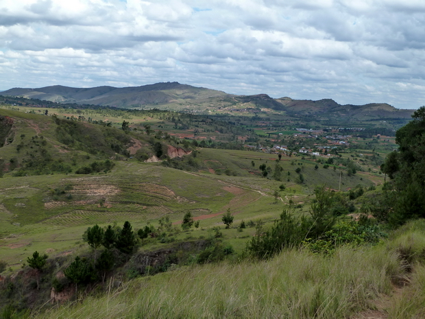 les villages de Antanetibe Mahazaza à l'horizon le Massif Andringitra face nord