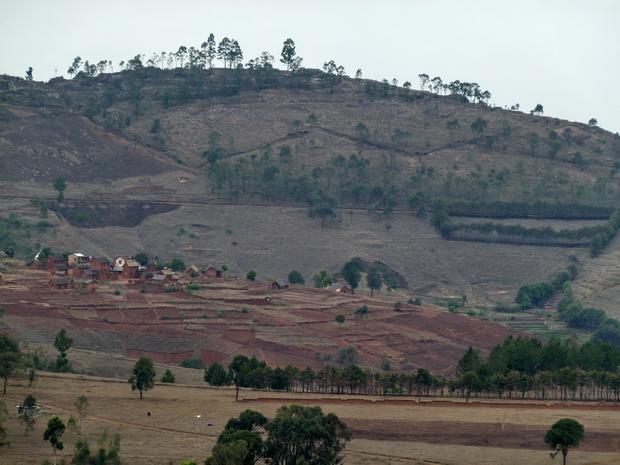 autre forme de fossés en losange façon Vauban pour en savoir plus une étude de Adrien MILLE sur les anciens villages fortifiés des hautes malgaches
