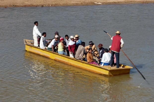 traversée de l' IKOPA village MANAMPATRANA