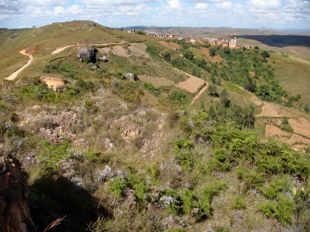 le village d' Ambatomanjakabe au pied du massif