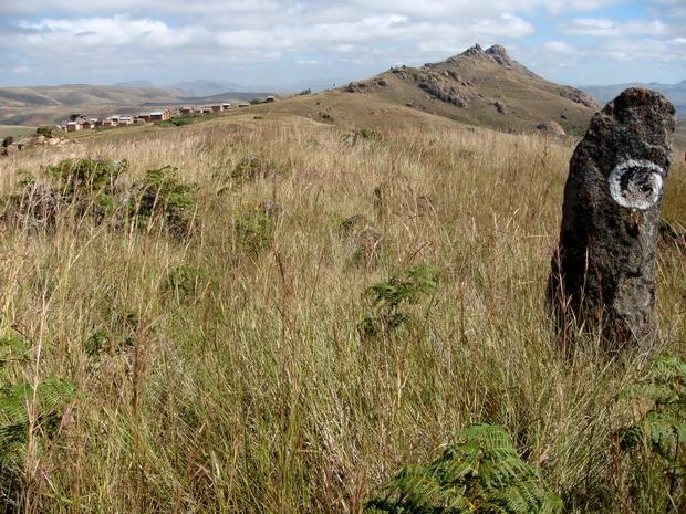 le village d ' Ambatomanjakabe au pied du massif