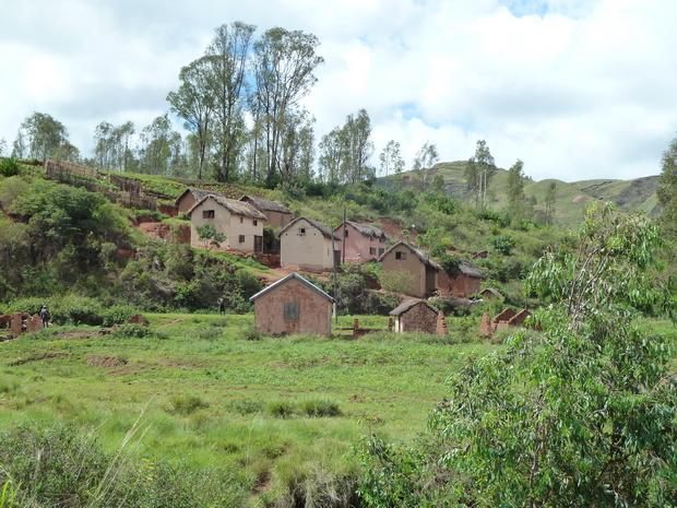 maisons mauves au bord de RN 1