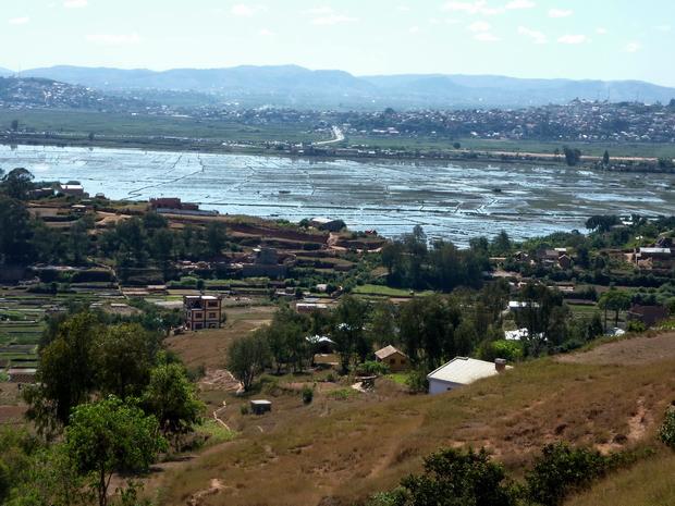 de la colline d' Ambohidrapeto au centre de la photo vue sur la route digue et le fameux marché artisanal encadré par les collines d' Ambatolampy Antehiroka et Ambodimita