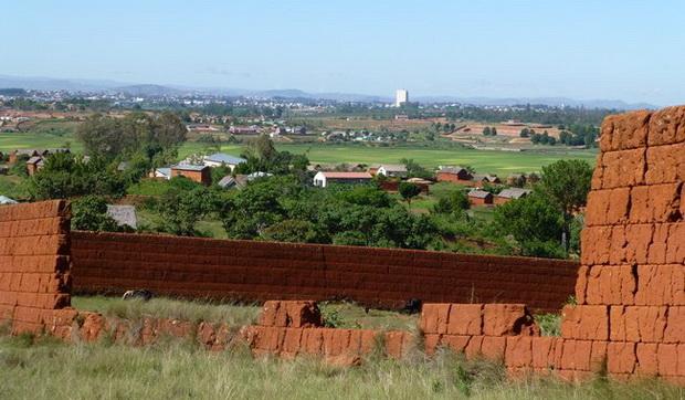 tamboho: mur de terre, à l'horizon la tour le 5 étoiles d' Ivato