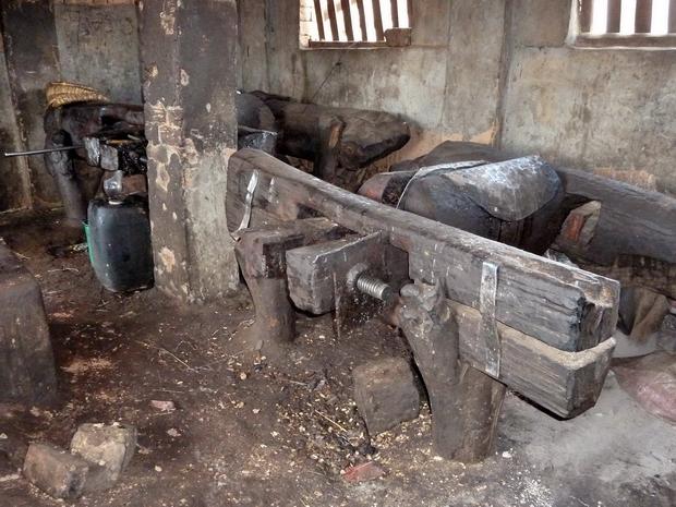 Randonnée dans l' Itasy, village Ambohidroa pressoir à froid huile de pistaches