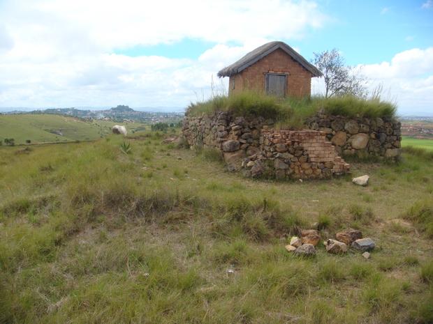 tombeau Razakandraona, la colline boisée à l' horizon Ambohidratrimo