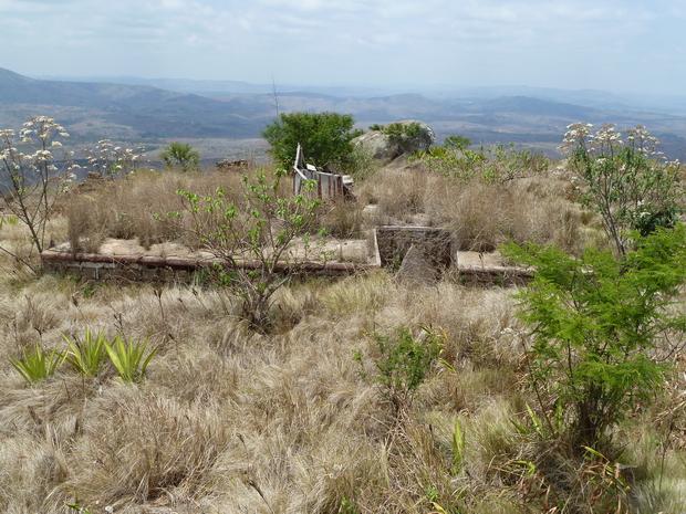 Sur le sommet d' Ampananina le tombeau de surmonté d' une trano masina