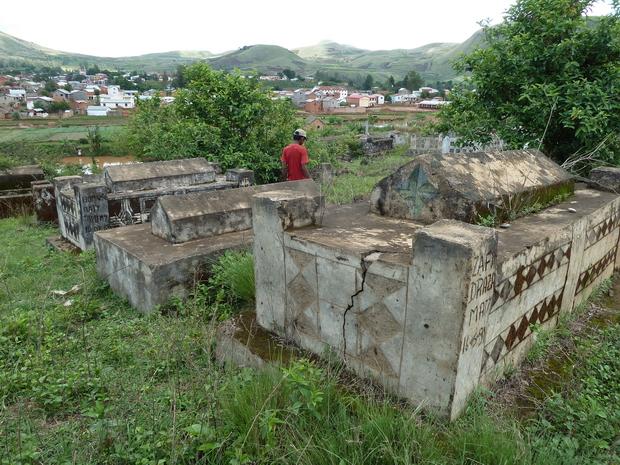 tombeaux Antandroy sur la route d' Analavory