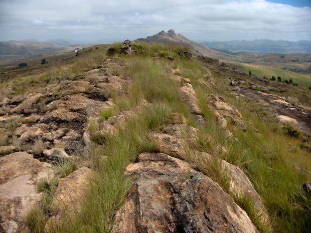 tombeaux en pierres sèches et le massif d' Ambatomanjakabe