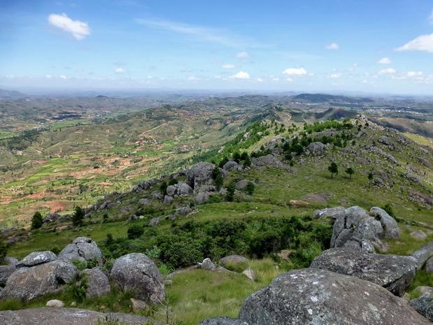Crête orientée Est Ouest, l' Andringitra et ses 4 soeurs, Tsihankaranosy, Mikotro, Angavokely, Ambatomborona