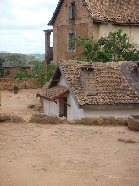 maison village Amboasary avec leurs tuiles écaille en terre cuite