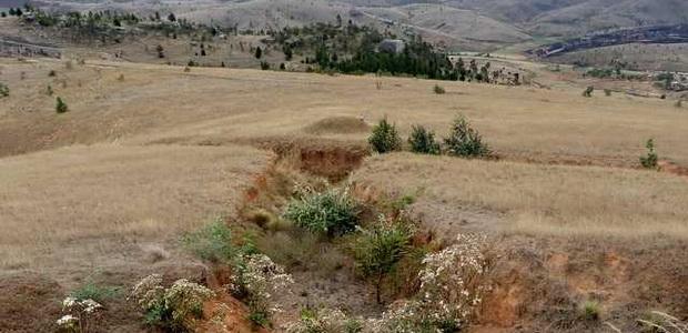 Rova d'AMBOHITRIMO fossés qui s'appuient souvent sur des ravines Ces fossés n'ont rien de naturels ils ont bien été façonnés par l' homme