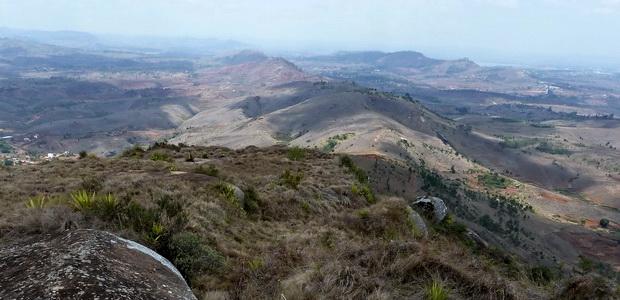 Du sommet d' Ampananina la longue crête que l'on va parcourir et le massif d' Ambohimanoro sur la droite