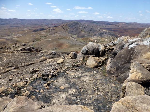 vestiges remparts Rova Ambohitsiroa