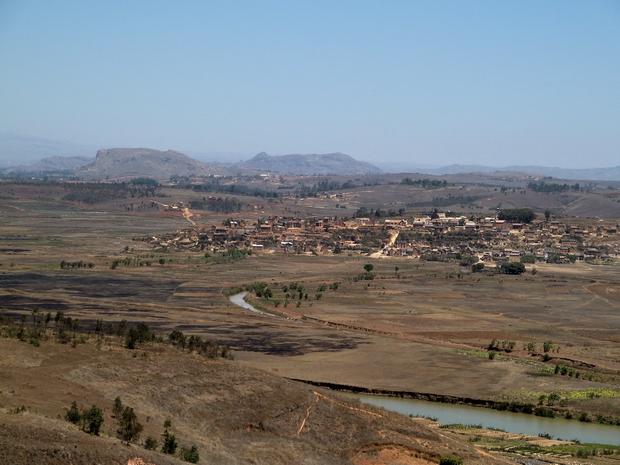 village Amboasary à l' horizon massif Antongona