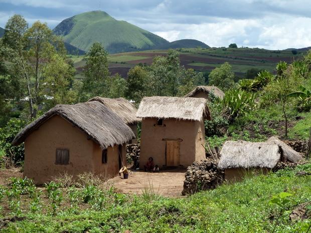 village de Bezo avec les toits de bozaka herbe