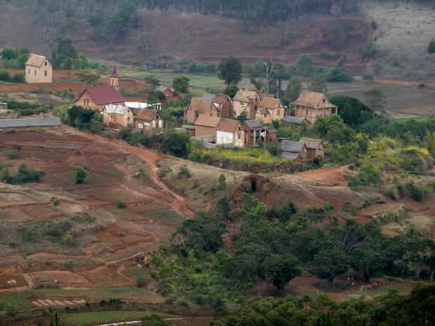 le coeur du village son église et ses maisons à balcons ceinturé par le fossé protecteur