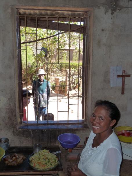 Epicière d' Ambohidrano, remarquez le crucifix souvent présent là où on l' attend le moins, souvent présent dans la maison