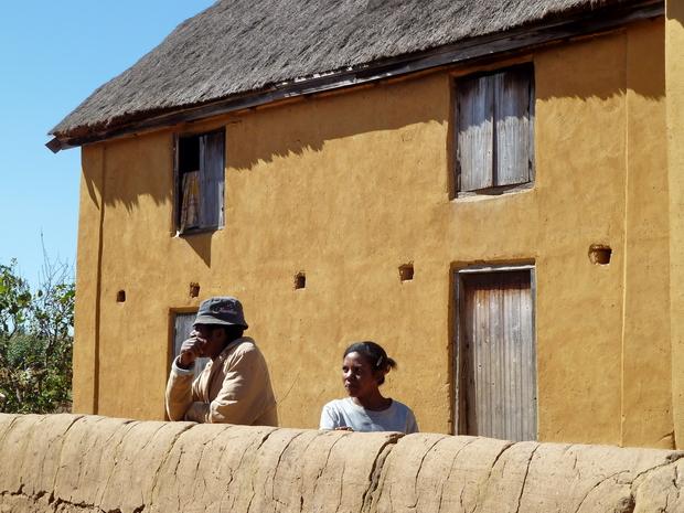 """Village de Morarano : toutes les couleurs de la terre, le jaune de la façade au marron du mur """"tamboho"""""""