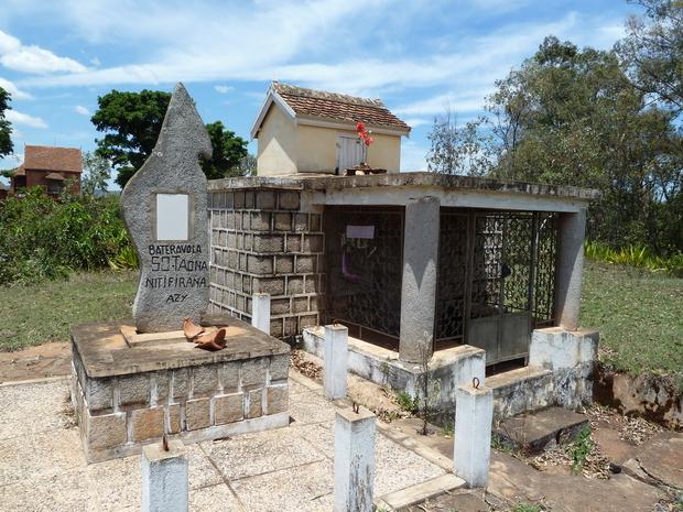 à IMERINTSIHADINO le Tombeau familial de Rakotondrabe Samuel fusillé à Ankatso par les français durant l insurrection sanglante de 1947