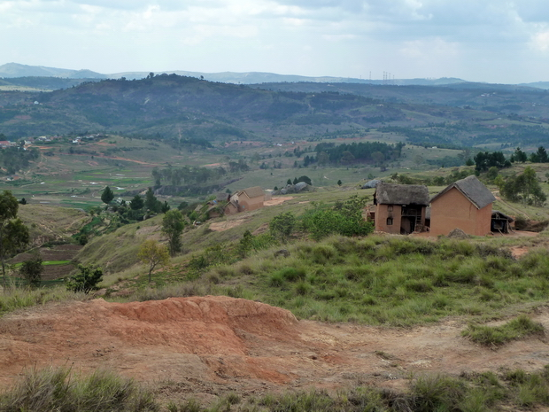 du sommet du massif Ambohidraondriana la colline sacrée Ambohidrabiby