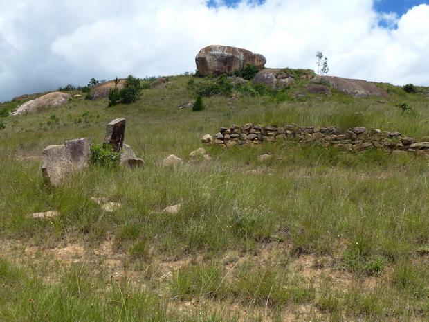 nombreux anciens tombeaux