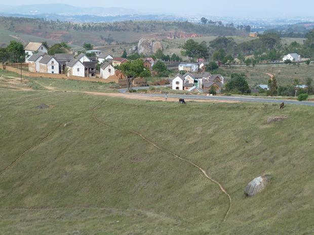 Dans la montée d' Imerikasinina est organisée par le club Auto Moto d'Antananarivo (AMA) une course de cote longue de 1400 m