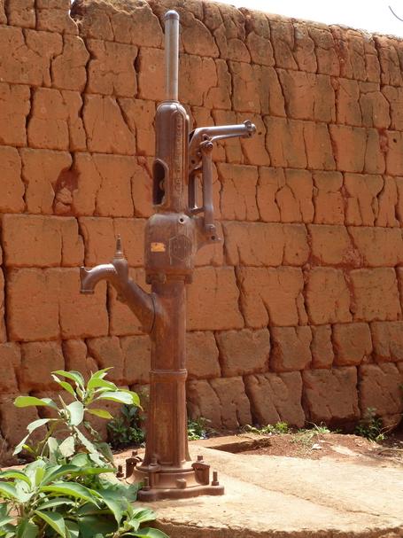 pompe à eau du siècle dernier