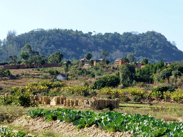 Village Alakamisy et sa fabrique de briques, Ambohimanga au second plan