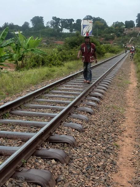 ligne de chemin de fer Gare Soarano, centre ville de Tana, vers Tamatave heureusement pas très fréquentée
