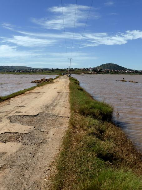 digue vers l'université lors des inondations de mars 2015