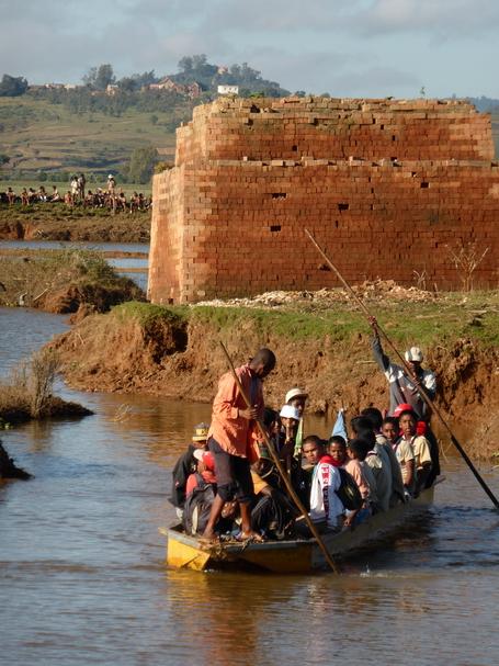 traversée lakana à Antanjondroa lors des inondations de mars 2015
