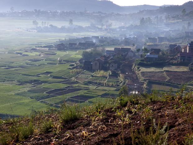 village Morarano sous la brume