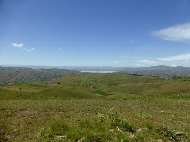 du sommet Akaroka au sud le lac Ampefy