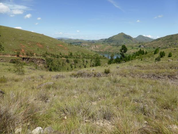 plateaux d'Antsahamaina descente vers le lac Hilempo
