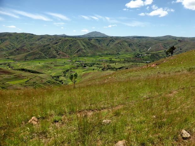 A l'Est la vallée de la Sahora, les villages Antaboaka et Antanikatsaka